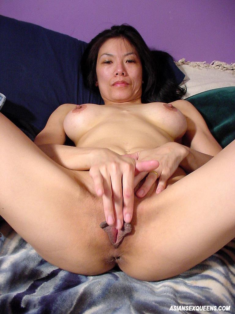 Amateur Asian Babe Masturbating In Her Bed 2430 - Page 2-2301