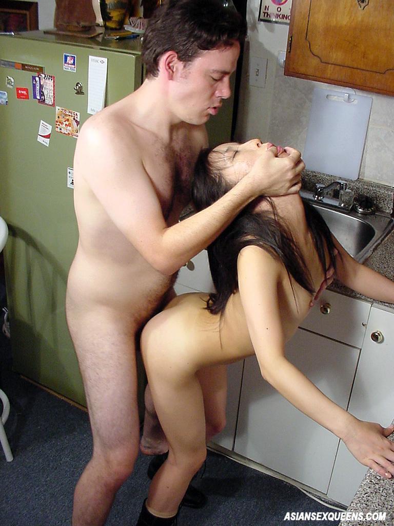 Фото выебал азиатку на кухонном столе показывает киску крупно