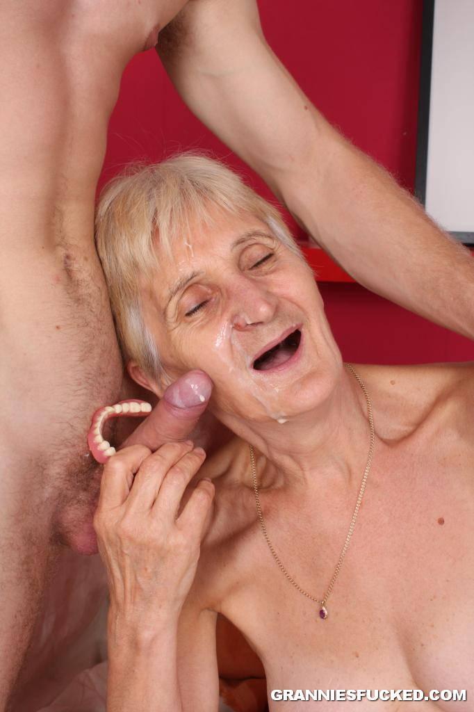 Порно сделала минет старику за деньги