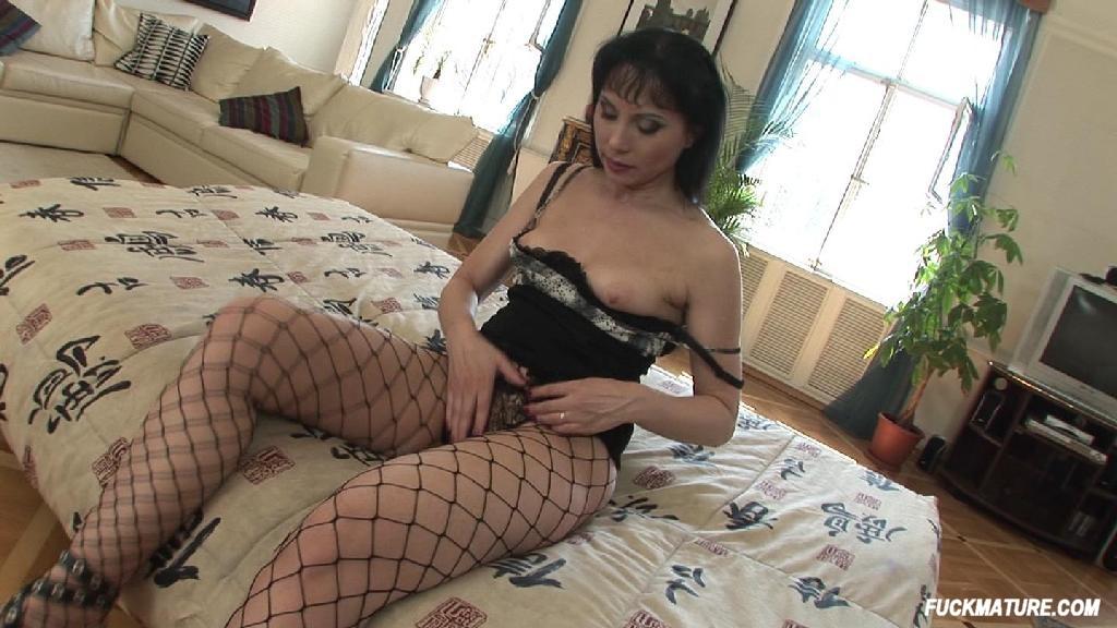 Lucy lawless boob slip