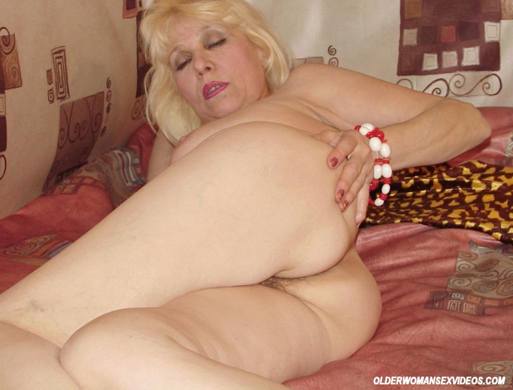 amateur-granny-spreads-hairy-pussy-157798-granny.jpg