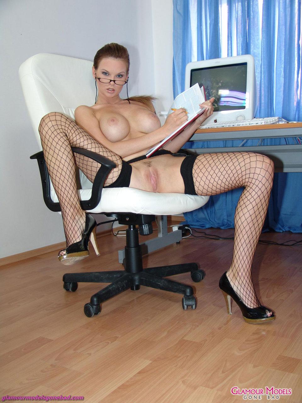 Секретарша в белых трусах 12 фотография