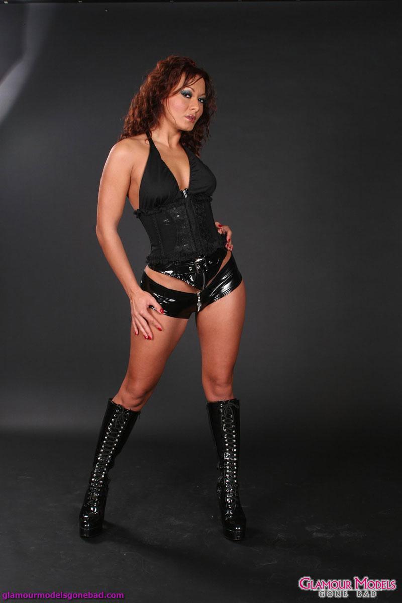 Sandra Romain pozira v črnem usnju 3931-3748