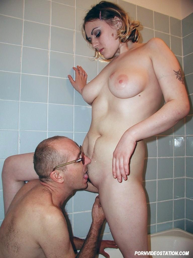 Секс папа с дочкой в ванной