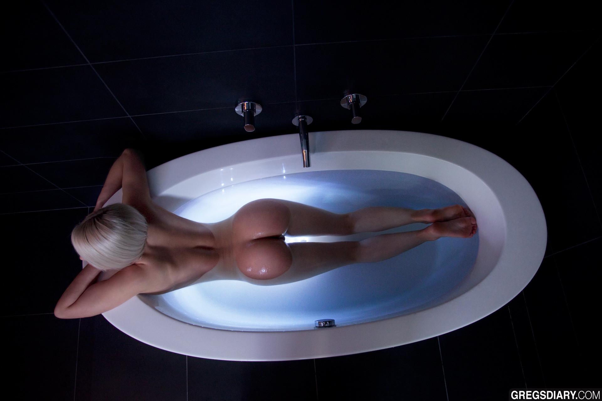 perfect ass in bathtub